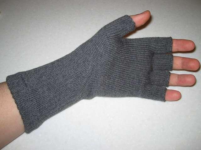 寒さ対策用に冷えとり靴下の 841(ヤヨイ)で購入した(画像左側から)冷えとり靴下の 841(ヤヨイ) ハンドウォーマー 厚手 グレーミックスを装着したところ
