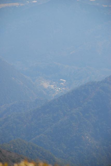 竜ヶ岳の山頂から宇賀渓谷を見下ろす