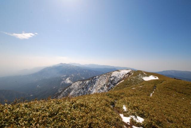 竜ヶ岳の山頂から鈴鹿山脈の眺め