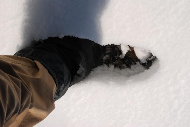アイゼンをつけた登山靴が雪に沈む_雪の深さは15cmくらい