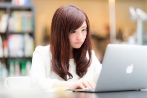 パソコンに夢中な女の子