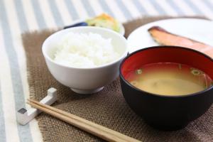 みそ汁とごはんの和食膳