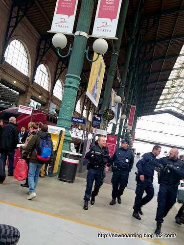 パリ同時多発テロ パリ北駅 警官