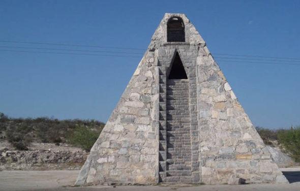 メキシコ人「1984年にオリオン座から来た、ネフィリム星人に頼まれたんだ」 → 一人でピラミッドを建設していた