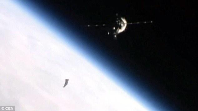地球の軌道上に存在する謎の正体不明の黒い物体「ブラックナイト」…先月ISSのカメラから撮られたとする最新映像が話題に