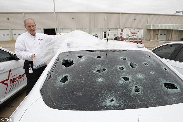 【アメリカ】テキサスにゴルフボール大の「雹」が降り注ぐ…このトルネードにより、住宅や車が被害に