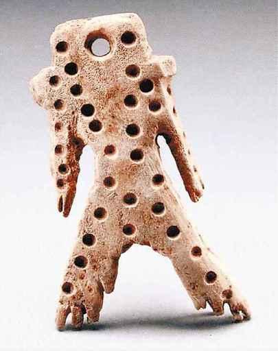 「まるで宇宙人みたい」 エゾシカの角で作られた縄文時代の人形「角偶(かくぐう)」が出土