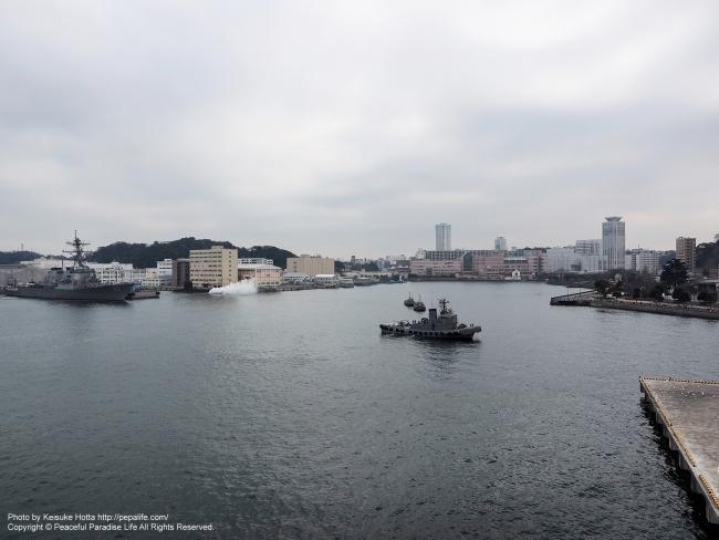 いずもヘリ甲板から見た横須賀港