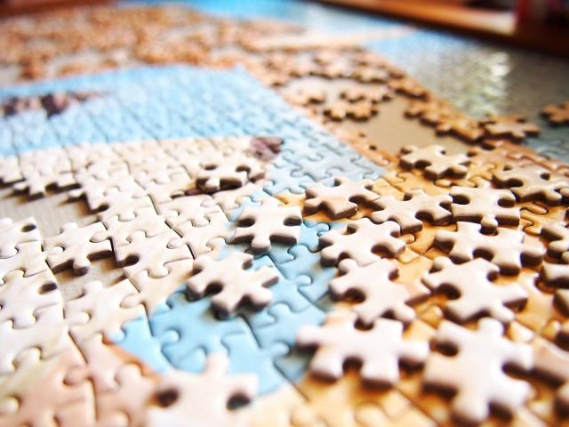 ジグソーパズルのピースの不思議なカタチ-どうやって切っている?