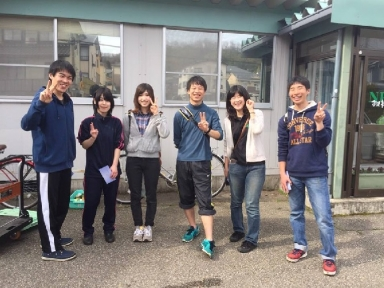 リーダーの木村さんら学生七名